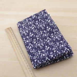 01 - tissu Volubilis - bleu marine a motifs floraux blancs